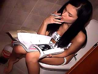 katie fey pisses while smoking on the toilet